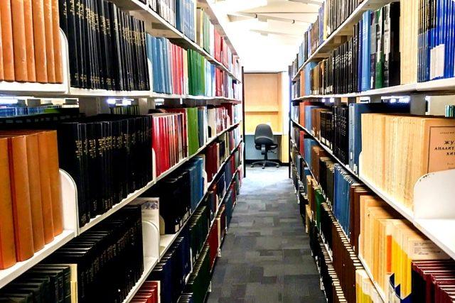 図書館で調べる