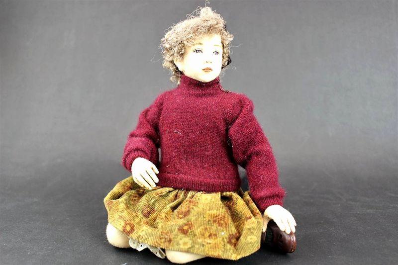 小林美枝子 創作人形 エンジのニットを着た女の子18cm