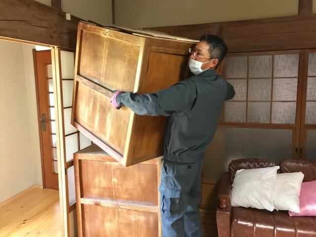 家具を運ぶ遺品整理業者