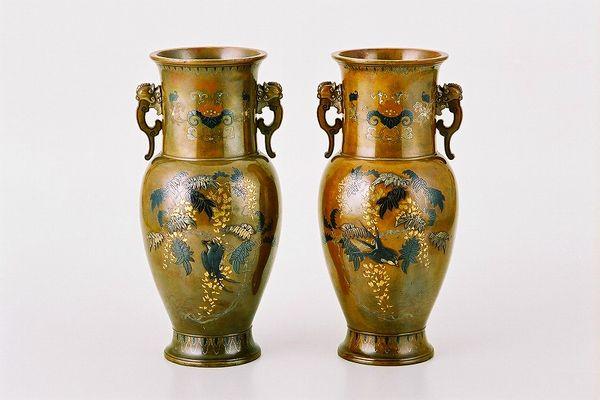 港区南青山:中杉与三七作 鋳銅象嵌花瓶一対