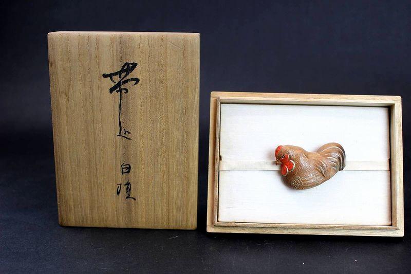 圓鍔勝三作 白檀木彫 鶏図帯留