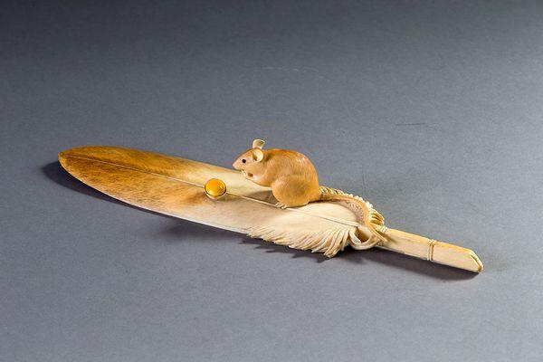 本象牙彫刻 羽箒と鼠