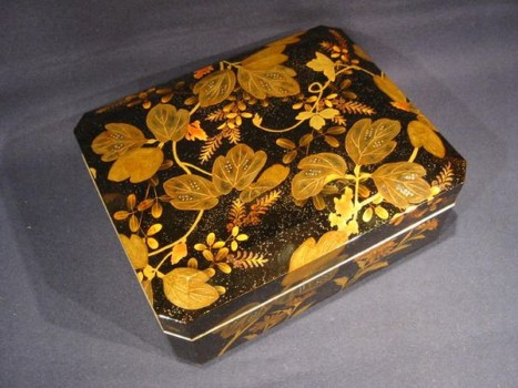 秋草図漆塗り盛上蒔絵文箱
