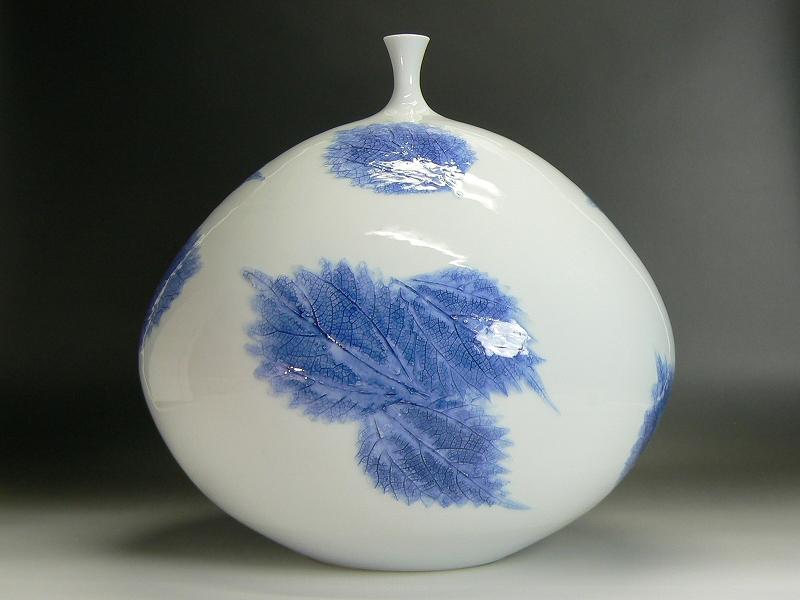 藤井朱明作 有田焼木の葉紋白磁花器
