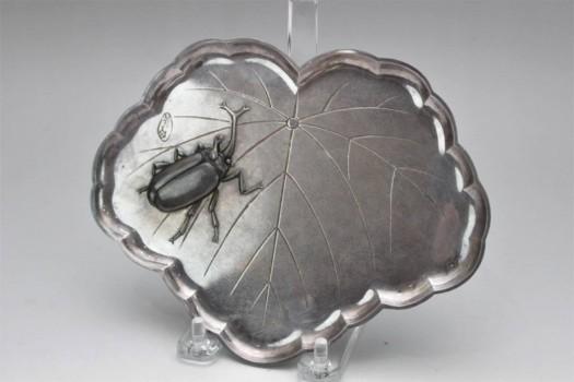 生駒造 純銀製打出しカブトムシ紋 葉型皿